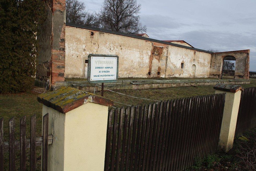 Správa státního zámku v Krásném Dvoře má v plánu využívat dva objekty, které se nacházejí poblíž parkoviště u hlavní brány. Na snímku budova bývalé oranžérie.