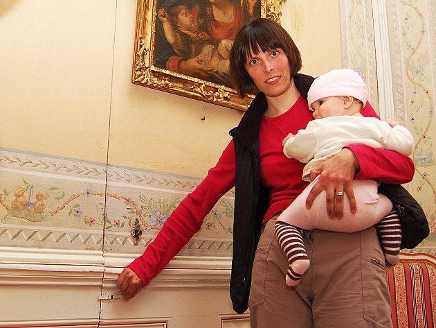 Kastelánka Michaela Hofmanová (s dcerou) ukazuje tajné dveře, kterými ve filmových Básnících utíkal Pavel Kříž alias Štěpán Šafránek. Ve skutečnosti však něco takového není možné, za dveřmi je koupelna.