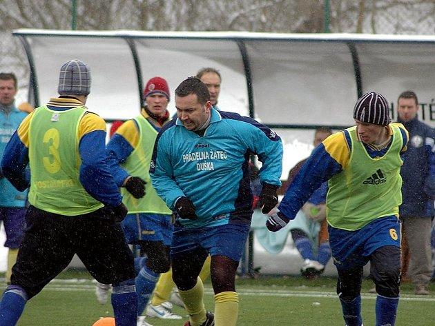 Tuchořický Jiří  Bešík  (vpravo) v souboji s domácím Alešem Fridrichem  v sobotním utkání turnaje MH Cirus v Postoloprtech.