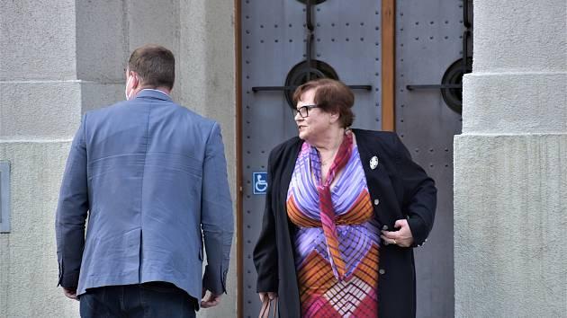 V kauze advokáta Jana Růžka svědčila i ministryně spravedlnosti Marie Benešová, k soudu v Lounech přijela s ochrankou.