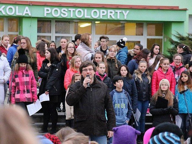 Daniel Syrovátko hovoří na akci postoloprtské školy na konci loňského roku.