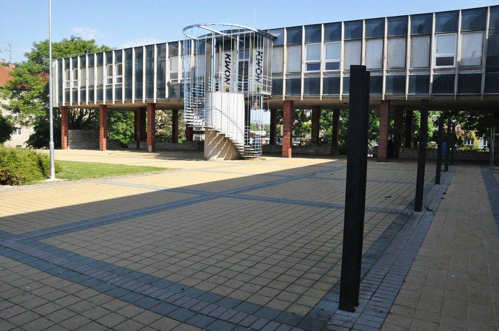 Přístřešky kolem budov občanské vybavenosti na náměstí Zschopau v Lounech v těchto dnech začaly mizet.