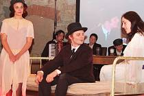 Herci předvádějí scénku ze života Franze Kafky v sýpce v Siřemi na Žatecku.