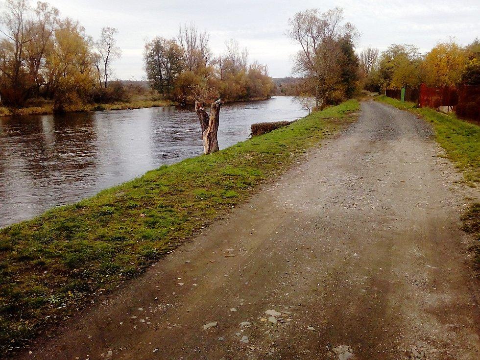 Polní cesta podél řeky u Stroupče. Na jejím místě má vyrůst  asfaltová cyklostezka.