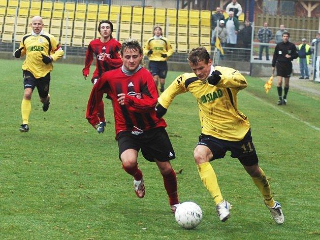 Martin Bednář (ve žlutém) byl proti Sezimově Ústí hodně aktivní, do zakončení se ale nedostával. Na snímku se vydal na jeden z mála úniků, z povzdálí ho sleduje Gedeon.