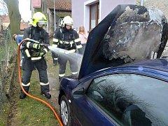 Hasiči likvidují požár osobního automobilu v Markvarci
