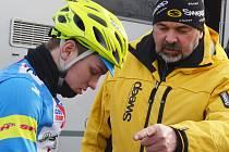 Pátek na MS cyklokrosařů v holandském Hoogerheide. Lounský trenér Milan Chrobák radí svému svěřenci Vojtěchu Niplovi před jízdou.