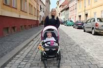 Soňa Güntherová s dcerkou Sofií procházejí Horovou ulicí v Žatci