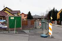 Oplocený pozemek na křižovatce ulic U Flory a Wolkerova patří současnému starostovi Žatce. Říká se mu Jelínkův trojúhelník.
