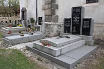 Rodinná hrobka básníka Konstantina Biebla ve Slavětíně