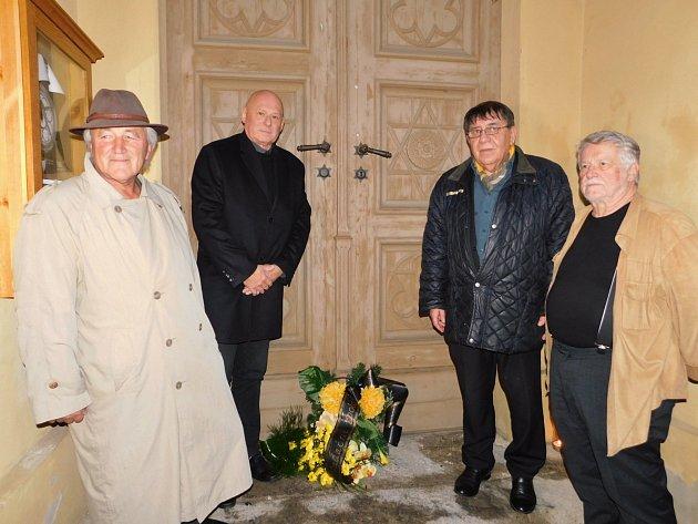 Vzpomínkové shromáždění před hlavním vstupem do synagogy v Žatci. Zleva Gerhard Gerstenhöfer, Petr Šimáček, Ota Löbl a Andreas Kalckhoff.