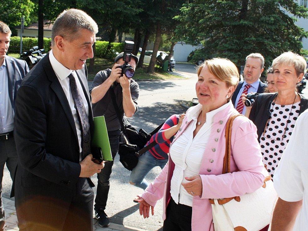 Ministr financí Andrej Babiš navštívil žateckou nemocnici. Doprovázela ho starostka Žatce Zdeňka Hamousová