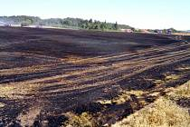 Požár na poli u obce Kryry.
