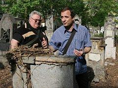 Kameník Lubomír Krupička (vlevo) a ředitel Technické správy města Loun Jaroslav Opat obhlížejí situaci na hřbitově U Čtrnácti svatých pomocníků v Lounech