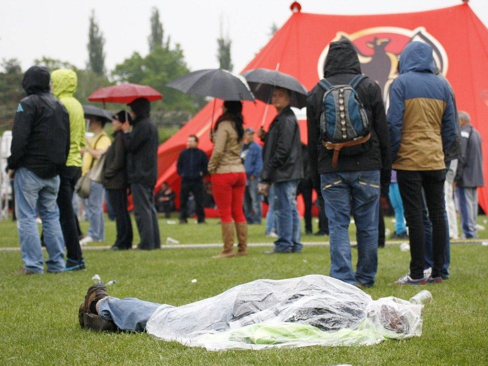 Někteří zmožení fanoušci si snad deště v sobotu v podvečer ani nevšimli
