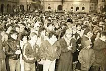 Setkání demonstrujících v Žatci se konala u morového sloupu.