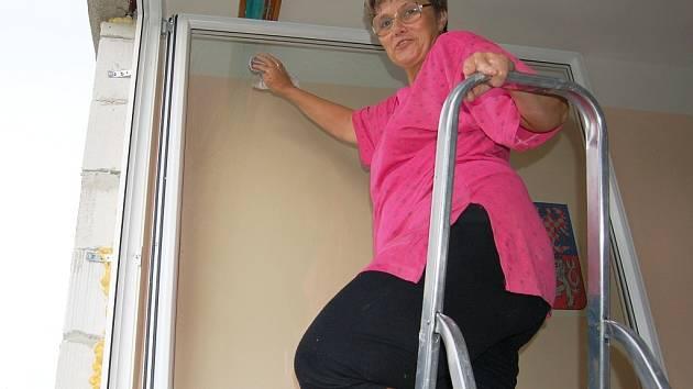 Ladislava Saifrtová myje okna v lounské základní škole Prokopa Holého.