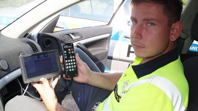 Policista měří rychlost vozidel při dopravní akci v Lubenci.