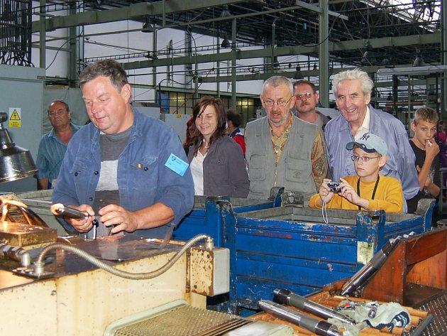 Návštěvníci pozorují dělníka při práci na sobotním setkání v lounské Pragovce.