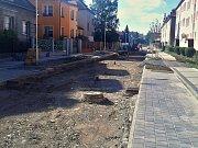 Stav rekonstrukce části žatecké ulice Bratří Čapků na začátku srpna 2017. Pracovat se tam začalo na jaře 2016.