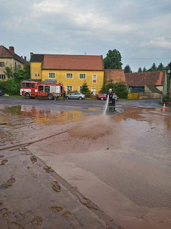 Několik výjezdů si připsali kvůli přívalovým dešťům hasiči na Žatecku. Dobrovolní hasiči z Tuchořic jeli odklízet následky bouře donedalekých Nečemic.
