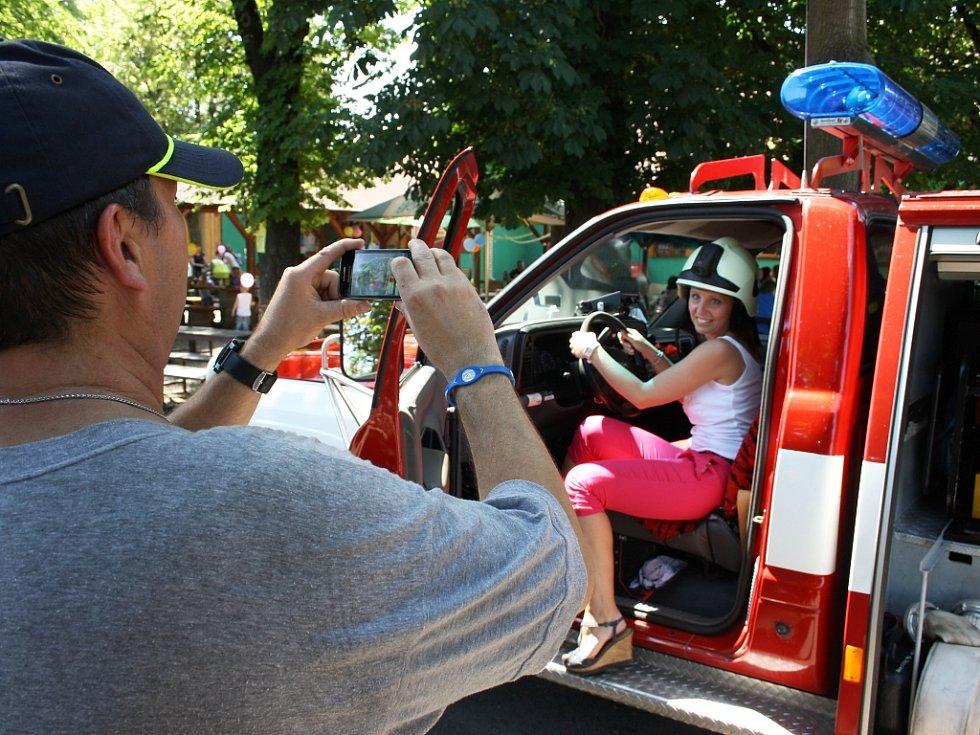 Hasiči z Elektrárny Počerady přivezli na ukázku své zásahové vozidlo