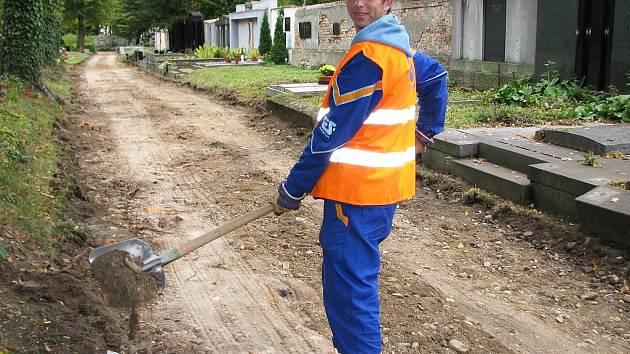 Rostislav Kostka pracuje na městském hřbitově v Žatci.