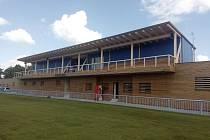 Fotbalistům a divákům bude na stadionu v Lounech sloužit nové zázemí.