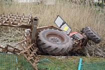 Traktor v Malé Černoci skončil v požární nádrži