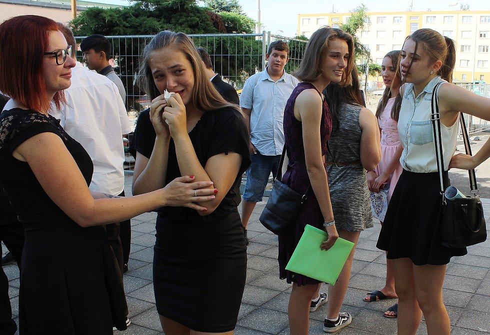 Smích i slzy doprovázely páteční předávání vysvědčení na druhém stupni Základní školy v Postoloprtech.