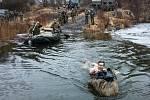 Překonání vodní překážky za jakéhokoliv počasí je nedílnou součástí výběru k průzkumníkům 4. brigády.