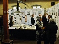 Studenti architektury představili své práce při vernisáži výstavy v předsálí restaurace U Orloje.