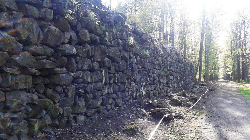 Opěrná zeď u Čínského pavilonu je ve špatném stavu. Vypadávají z ní kameny.