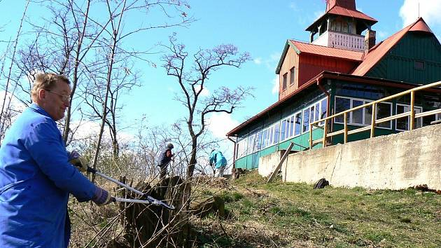 Tomáš Chaloupek a další turisté uklízejí okolí výletní chaty na Červeňáku.