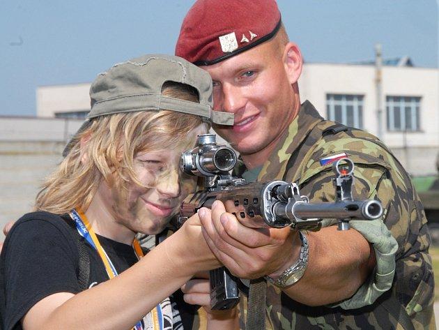 Martinovi Heclovi předvádí odstřelovací pušku Dragunov Jiří Lachman.
