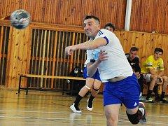 Trenér Loun Kamil Sochor byl nucený také několikrát nastoupit do zápasu.