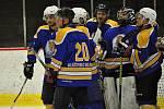 Lounský Slovan první finálový duel na domácím ledě nezvládl a radovali se tak Tygři z Klášterce (v modrém).