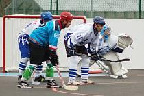 Utkání hokejbalistů Žatce (v modrém) proti Bílině