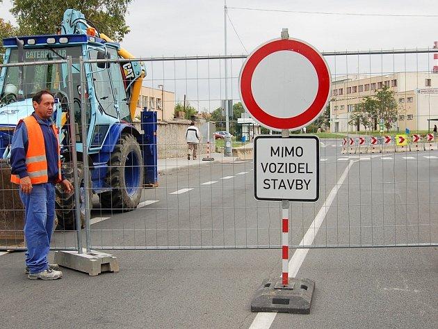 Zdeněk Rendl umisťuje zátarasy u kruhového objezdu poblíž polikliniky pod lounským Domovem seniorů z důvodu přestavby objezdu.