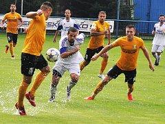 Fotbalisté Loun (v bílém) prohráli se Sokolovem 0:7.