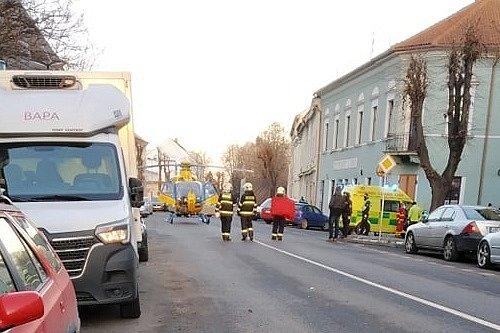 Zásah hasičů a záchranářů po nehodě v Karlově ulici v Lounech