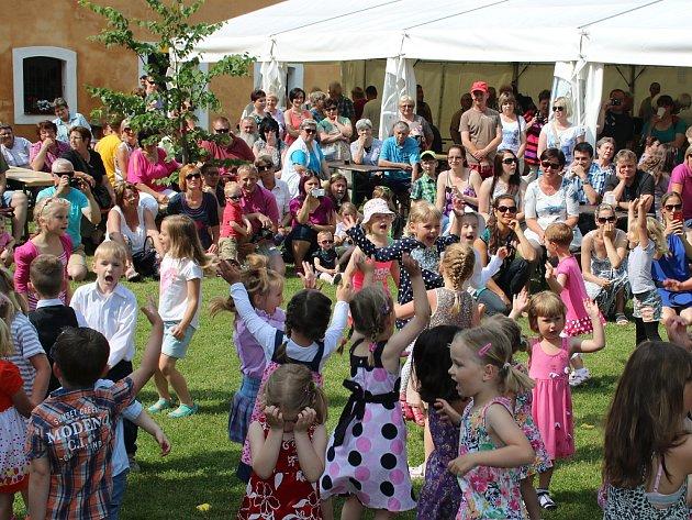 Celodenní program slavností zahájila vystoupení dětí z místní školky a školy