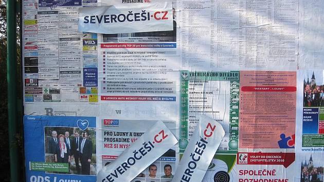 Samolepky Severočechů překrývají v Lounech konkurenční plakáty