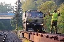Vojáci ze žateckého 41. mechanizovaného praporu cvičili v Trnovanech nakládání své techniky na železniční vagóny.