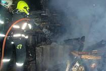 Hasiči likvidují požár dřeva v Žatci.