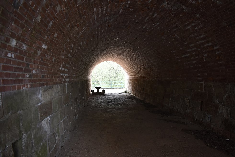 U Deštnice je jeden z nejzajímavějších mostů celé trati. Jde o dvojitý železniční viadukt, vjeho spodní části protéká potok a horní slouží jako průchod polní cesty.