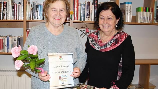 Jarmila Šubrtová (vlevo) s knihovnicí Evou Lerchovou