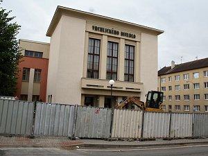 V Lounech probíhá rekonstrukce prostoru před Vrchlického divadlem