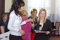 Maturantka Lucie Pšeničková slavnostně převzala závěrečné vysvědčení v aule SZEŠ Žatec