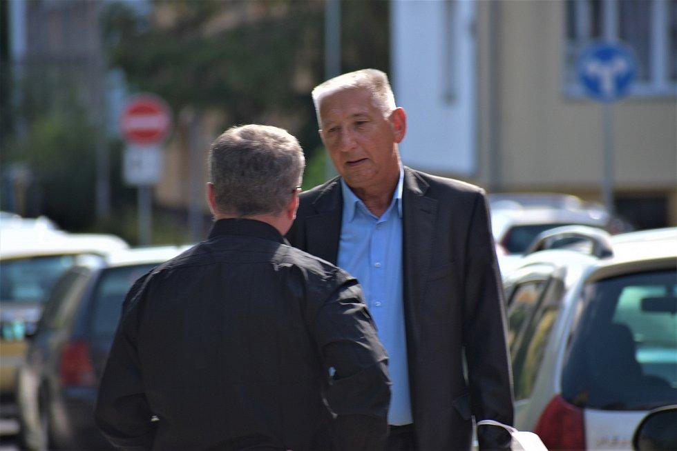 Obžalovaný advokát Jan Růžek (v modré košili) s jeho obhájcem Michaelem Kisem v přestávce líčení.